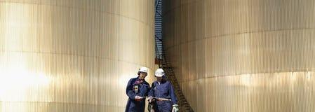 работники хранения рафинадного завода топлива Стоковые Изображения