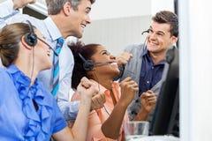 Работники центра телефонного обслуживания празднуя успех Стоковое Фото