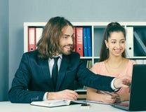 Работник агенства страхования входит в в контракт с маленькой девочкой Дело, офис, закон и законная концепция стоковое фото rf