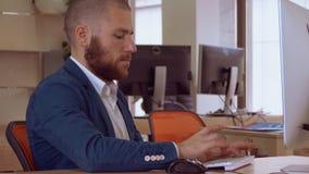 Работник банка используя ПК сток-видео