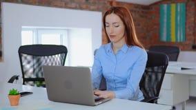 Работник белого воротника используя компьютер акции видеоматериалы
