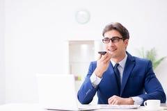 Работник бизнесмена говоря на телефоне офиса Стоковое Изображение