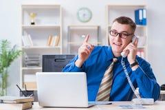 Работник бизнесмена говоря на телефоне офиса Стоковые Фотографии RF