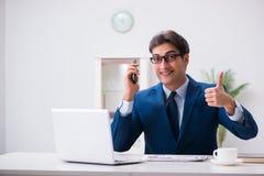 Работник бизнесмена говоря на телефоне офиса Стоковое фото RF
