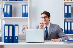 Работник бизнесмена говоря на телефоне офиса Стоковое Изображение RF