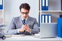 Работник бизнесмена говоря на телефоне офиса Стоковые Фото