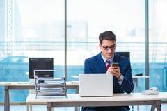 Работник бизнесмена говоря на телефоне офиса Стоковое Фото