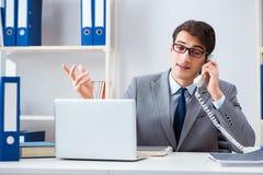Работник бизнесмена говоря на телефоне офиса Стоковая Фотография