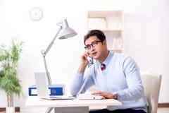 Работник бизнесмена говоря на телефоне офиса Стоковые Изображения RF