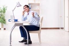Работник бизнесмена говоря на телефоне офиса Стоковая Фотография RF