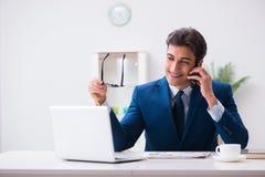 Работник бизнесмена говоря на телефоне офиса Стоковые Изображения