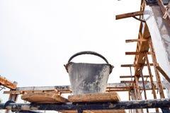 Работник ведра в строительной площадке Стоковые Фото