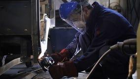 Работник взгляда со стороны мелет кабина тележки с ручным инструментом акции видеоматериалы