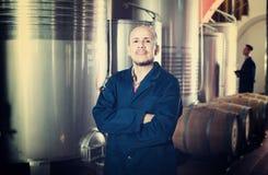 Работник винодельни стоя на фабрике Стоковые Фотографии RF