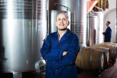 Работник винодельни стоя на фабрике Стоковое Изображение RF