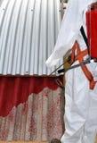 Работник во время корректировки азбеста от крыши стоковое фото
