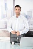 работник вскользь офиса стоящий Стоковое Изображение RF