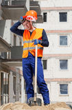 работник вымотанный конструкцией стоковые фото