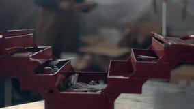 Работник в его гараже с красным ящиком для хранения инструмента Стоковое Изображение RF