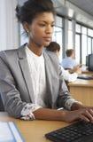 Работник в занятом офисе стоковое изображение