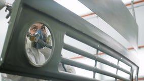 Работник в защитной детали заволакивания костюма с хаки краской сток-видео