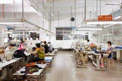 Работник в китайской фабрике одежды Стоковое Фото