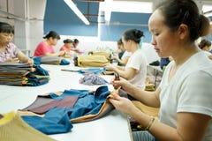 Работник в китайской фабрике одежды Стоковые Изображения RF