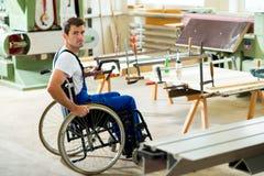 Работник в кресло-коляске в мастерской плотника Стоковые Изображения RF