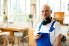 Работник в мастерской плотника Стоковые Изображения RF