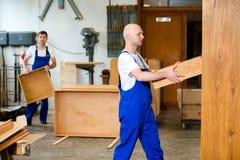 Работник 2 в мастерской плотника Стоковое Изображение
