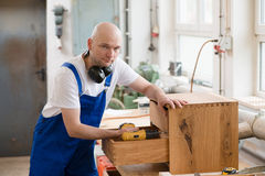 Работник в мастерской плотника Стоковые Фото