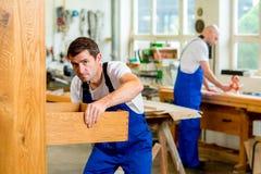 Работник 2 в мастерской плотника Стоковая Фотография