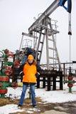 Работник в месторождении нефти. Стоковая Фотография RF