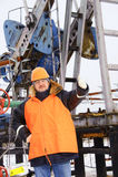 Работник в месторождении нефти. Стоковая Фотография
