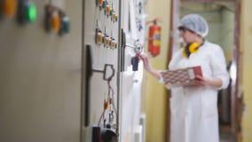 Работник в пальто лаборатории на фабрике еды стоковая фотография rf