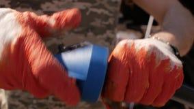 Работник в перчатках делает скашивает на пластиковой трубе автоматическая система водообеспечения сток-видео