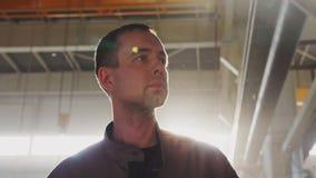 Работник в равномерных прогулках вдоль замедленного движения мастерской завода акции видеоматериалы