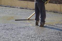 работник в стойках резиновых ботинок в uncluttered цементе и выравнивать стоковая фотография rf