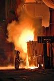 Работник в фабрике сталеплавильного производства Стоковая Фотография