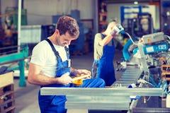 Работник 2 в фабрике стоковая фотография