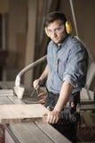 Работник в earmuffs и изумлённых взглядах Стоковая Фотография
