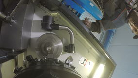Работник газовой компании начинает процесс управлениями деятельности оборудования акции видеоматериалы