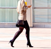 Работник гуляя на предпосылку офиса. стоковое фото