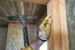 Работник делая ремонты в загородном доме Стоковое Фото