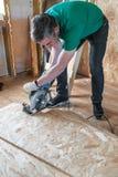 Работник делая ремонты в загородном доме Стоковая Фотография RF