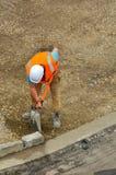 Работник дороги распространяя новый гравий стоковая фотография rf