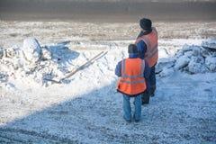 Работник 2 дорог около кучи снега Стоковая Фотография
