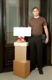 работник доставляющее покупки на дом friednly Стоковое фото RF