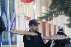 Работник доставляющий покупки на дом пиццы приносит пиццы на руках в улице Pernik, †«26-ое января 2008 Болгарии стоковые изображения rf