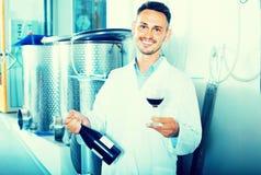 Работник держа бокал вина Стоковая Фотография RF